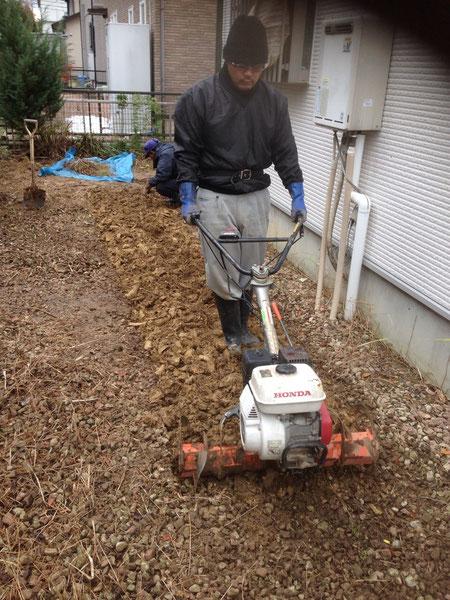 その後、開墾して草の根を取り除きます。