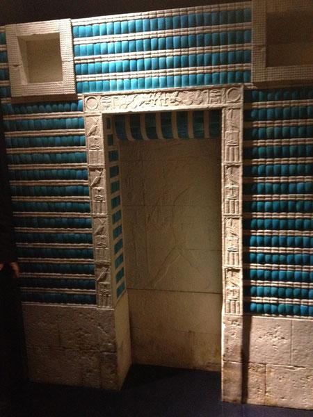 世界最古のタイルはエジプトのピラミッドの中にあった!!