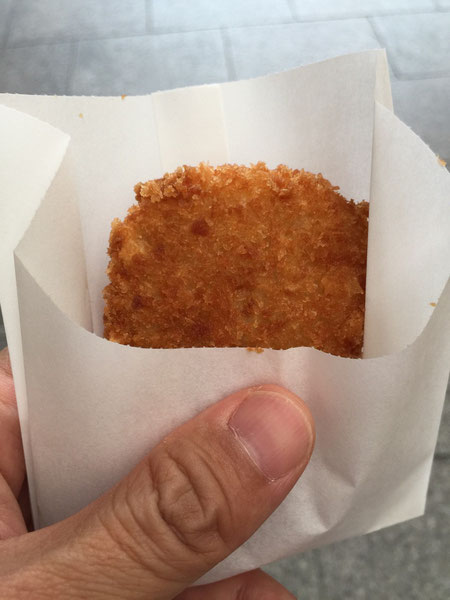 天神橋筋商店街で有名な中村屋さんのコロッケ。揚げたては、本当に美味しかった!