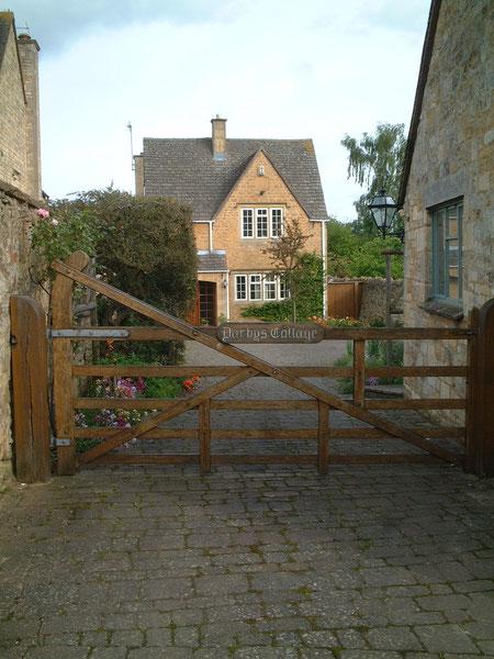 イギリス・コッツウォルズで見つけた天然木製のゲート 素敵だ