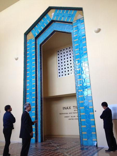 世界のタイル博物館入り口 イスラムの青が再現されたタイルで作られたゲート とても美しい青だ