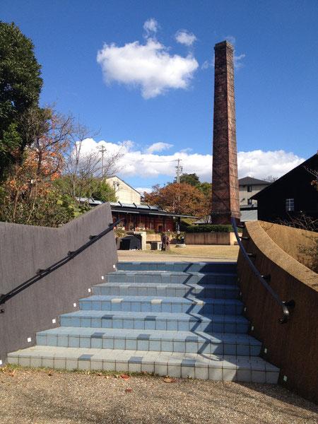 窯の有る広場へと続く階段 ブルーのグラデーションが美しくまるで空へ上っていくようだ
