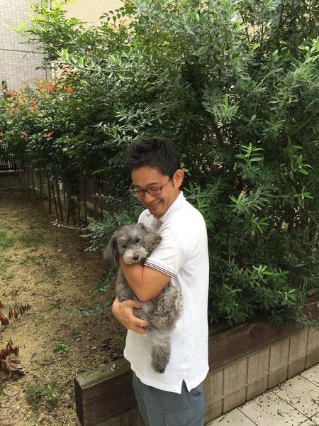 ガーデンドクター柴ちゃん超可愛いマルプーのマルちゃんを抱いてご満悦。