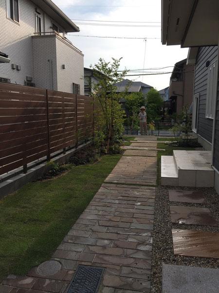 お客様も大満足の目隠しフェンスはB-フェンス!緑が入ると空間が一層美しくなります。