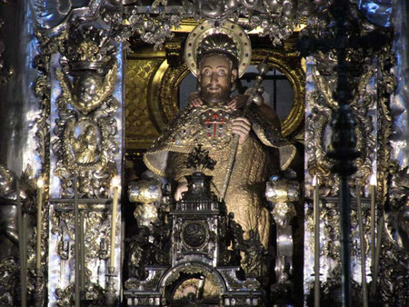 L'immagine di San Giacomo sull'altare maggiore, con le mani dell'abbraccio