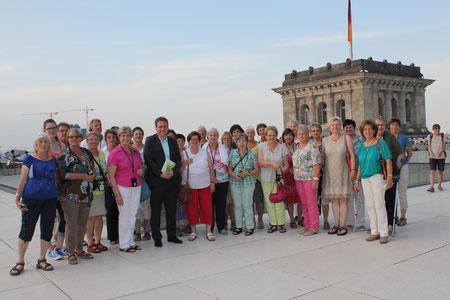 Teilnehmer mit MdB Markus Koob auf dem Reichstagsgebäude