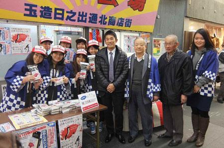 大阪女学院の皆さん(右端・橋内かな子さん)と宮﨑社長、商店街の岡田安弘さん、小橋忠さん