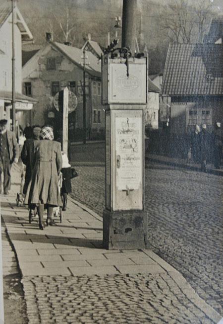 Gehsteigtankstelle vor Schlosserei Gustav Heller, jetzt Peter Fuhrmann - Sammlung Ewald Friedrich, Schenkung an die Heimatfreunde durch Anja König