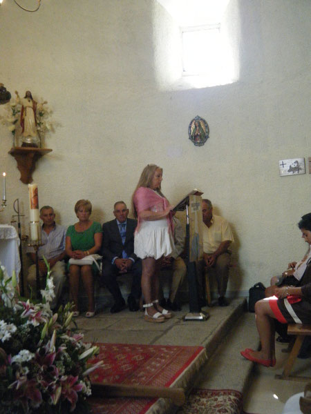 Durante la misa, Merche lee.
