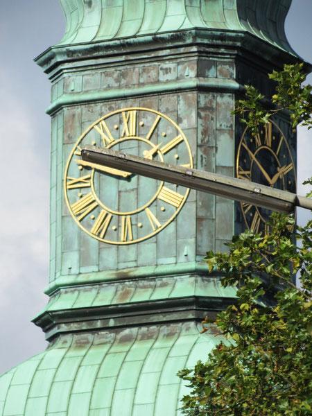 Bei der Turmuhr der St. Trinitatiskirche wird gerade die Zeit angehalten. Foto: W. Vacano 2012 (c)