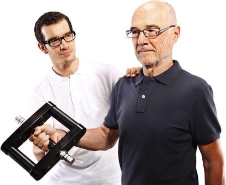 Therapeut mit Osteoporose Patient und Galileo Mano Med Vibrationshantel