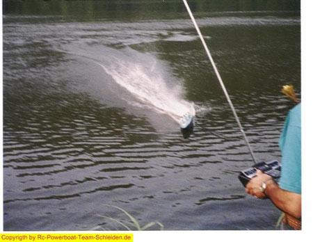 """Full Speed in Richtung Ufer,und 3meter davor die harte Wende Adrenalin Pur wenn ich keinen Fehler mache.""""Ab durch die Hecke"""" wenn es schief geht."""