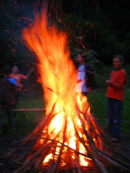 Die Krönung eines abenteuerlichen Tages im Wald  - ein wärmendes Lagerfeuer am Abend!