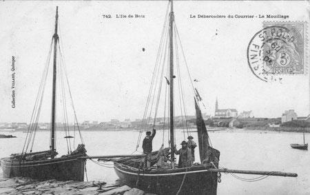 Ile de batz, avant 1905, à la cale de l'île aux moutons, deux sloups de passage, le patron est accompagné de trois jeunes mousses