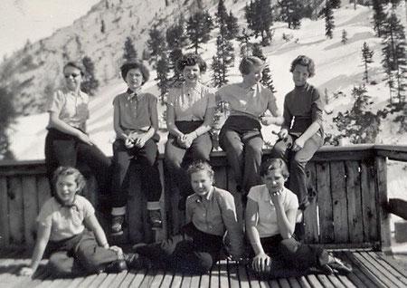 Schulskikurs, Gjaid Alm, Dachstein, Obertraun, OÖ (1954). Christine hinten 2. von links