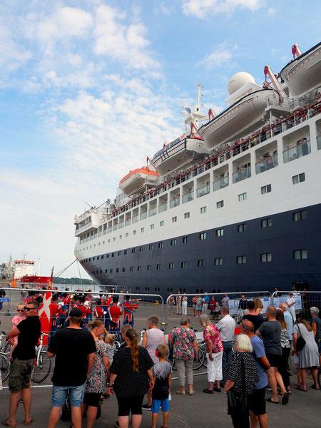 Wir sind ihnen bis zu ihrem Ziel gefolgt: Mit Pauken und Trompeten verabschieden sie ein Kreuzfahrtschiff