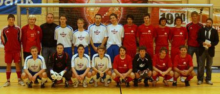 Die Endspielteilnehmer SV Schönthal (blau/weiß) und der FSV Pösing.   Fotos: Eberhard Viehauser/Chamer Zeitung