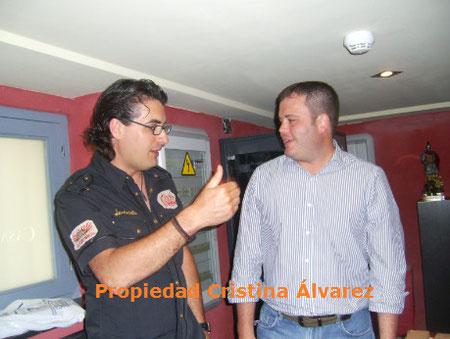 De Izq a Drcha, Felipe Marín junto al Gerente de Monumentos Alavista
