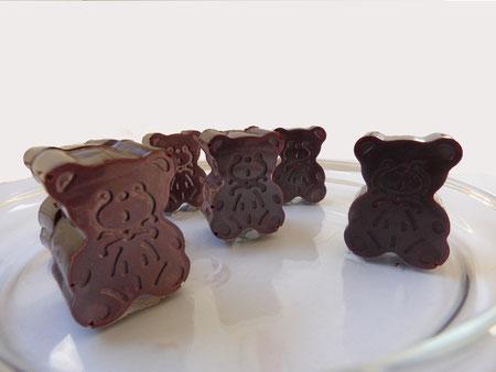 De mignons oursons au chocolat cru