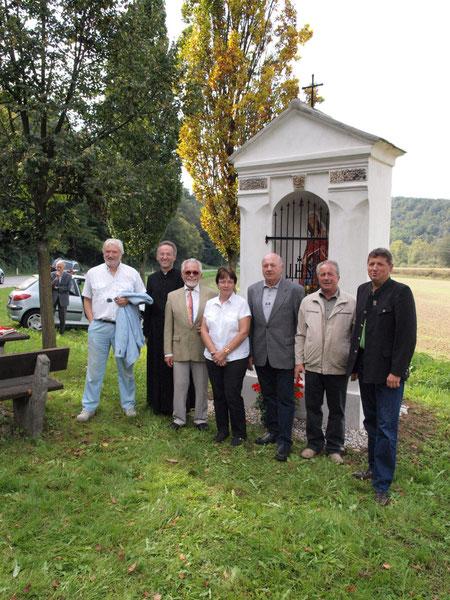 von links: OStR HAUKE, Pfarrer Mag.HEIBLER, Mag.FRITZSCHE, Mathilde MAIER, Ortsvorst.BRAND, Hannes FAIGL, Bürgerm.HEINDL