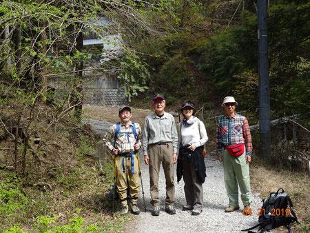 登山口を辿り生川の橋を渡り切った所でパチリ