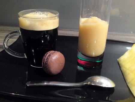 Café gourmand avec macaron chocolat-miel