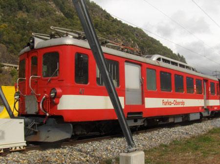 Ein alter Triebwagen BDeh 2/4 im alten FO-Design, abgestellt im Glisergrund im Oktober 2008.