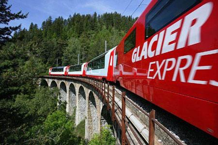 Heute prägen moderne Panoramawagen 1. und 2. Klasse das Bild des Glacier Express.