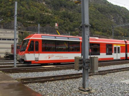 Die neuste Generation des Fahrzeugparks. Ein vierteiliger Gelenk-Triebzug ABDeh 4/10 (KOMET) vor den Werkstätten im Glisergrund.