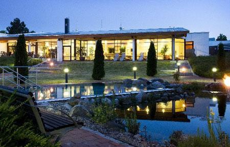 Moderne Saunalandschaft und Schwimmbad in der Sole-Therme in Otterndorf