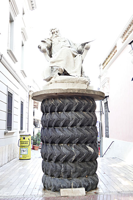 """statue d'Ernest Meissonier, peintre """"pompier"""" que Dali a célébré comme le """"rossignol du pinceau"""""""