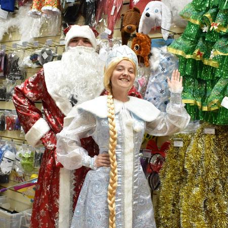 Новогодние костюмы Деда Мороза и Снегурочки купить в Казани можно в магазинах компании Волшебник.