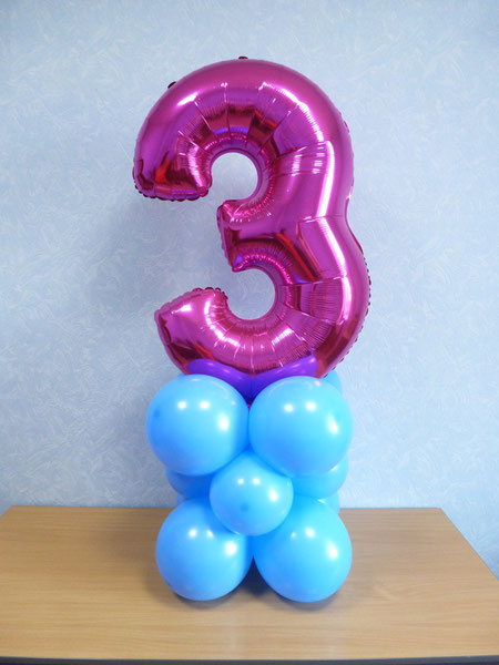 фольгированная цифра на подставке из воздушных шаров