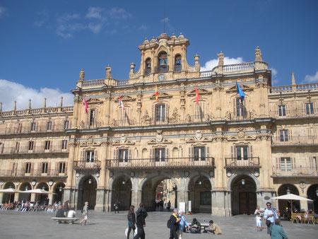 Площадь Майор в Саламанке, арх. А.Чурригера, 1755 г.  Тактичное обрамление площади  зданием с типичным барочным завершением и  средиземноморской аркадой первого уровня.