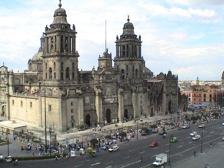 Собор в Мехико, Мексика. Барочная архитектура собора чересчур тяжеловесна – угловые башни явно гипертрофированы.