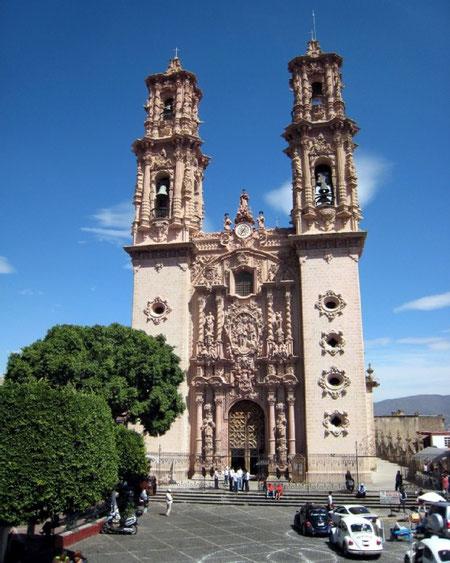 Архитектура латиноамериканского барокко. Собор в Таско, Мексика. Типичнейшее барокко, явно перегруженное украшениями и декором.
