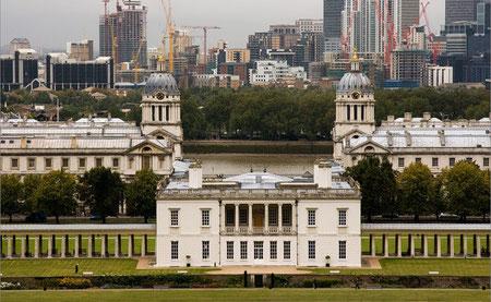Вид на Квинс-Хауз с отдаленной смотровой площадки. За ним – более близкие к барокко корпуса Военно-Морского музея, еще дальше – Лондон
