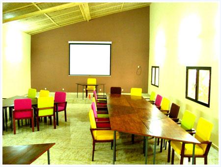 Votre salle de réunion équipée de matériel multimédia de l'hôtel La Pierre de Lisse.