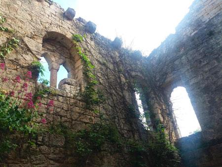 Archi in pietra del Finale sulla facciata della torre