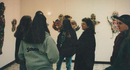 Jeanine Rivais faisant le tour de l'exposition avec les élèves