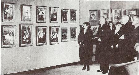 Marie-Thérèse Dethan-Roullet lors de la rétrospective de 1935. Cette exposition du Grand-Palais ayant été visitée par le Président de la république Albert Lebrun que l'on voit à gauche de Marie-Thérèse sur la photo.