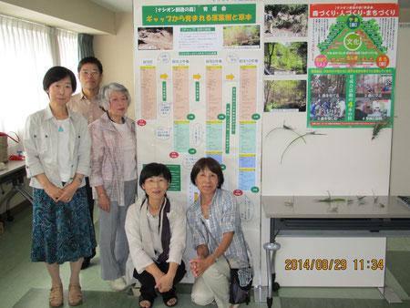 ポスター「ギャップから育まれる落葉樹と草本」の掲示と説明担当の育成会会員