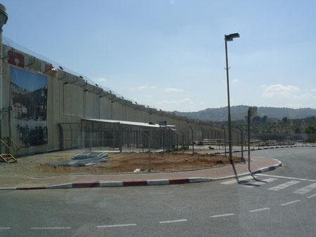 Muro de 12 m que separa Belén