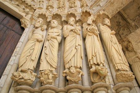 Catedral de Chartres,detalle de jambas : Santos y Apóstoles vencen los placeres carnales o pecados capitales.De este modo tan sutil, pero didáctico y oponiendo las virtudes y los vicios el homre-Santo rompe las barreras jerárquicas entre Dios Supremo y él