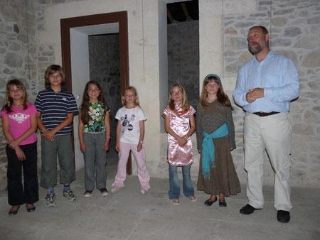 Didier Coque et ses jeunes choristes.