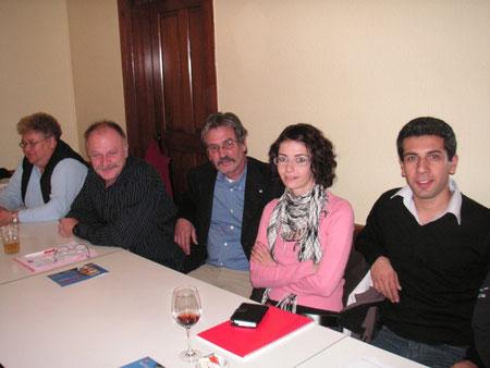 Roberto Zanetti inmitten von Mitgliedern der SP Dulliken