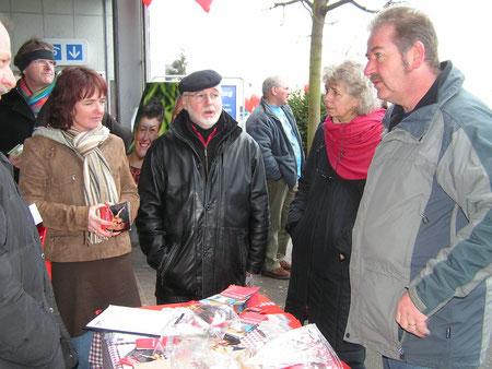 Kantonsratskandidaten beim Diskutieren
