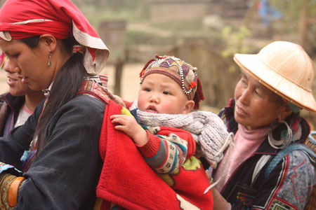 Tay-Frauen mit Neugeborenem
