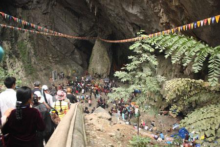Abstieg in die Huong Tich Cave