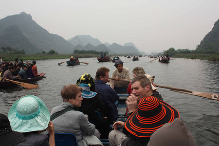 Hunderte Boote begleiten uns